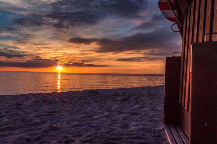 Genießen Sie den traumhaften Strand mit Sonne an den ersten schönen Frühlingstagen des Jahres
